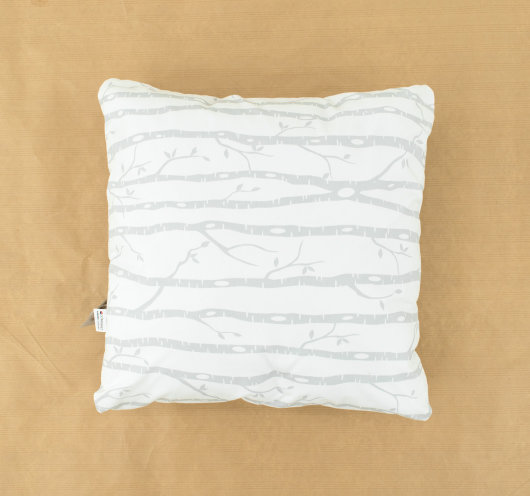 Ukrasni jastuk za dnevni boravak bijele boje sa sivim granama.