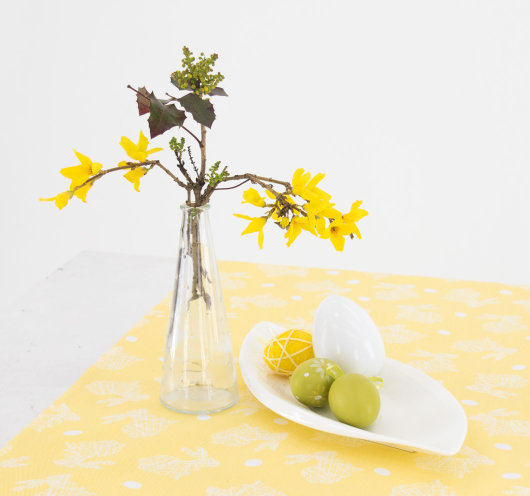 Traka za stol žute boje.