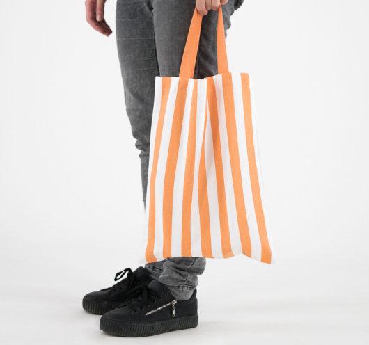 Pamučna vrećica s narančastim prugama.