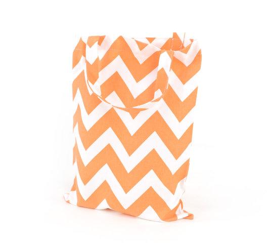 Vrećica s narančasto-bijelim cik cak uzorkom.