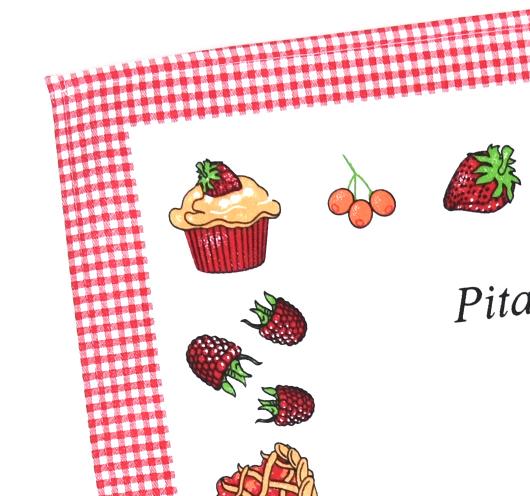 Kuhinjska krpa s receptom pite s bobicama.