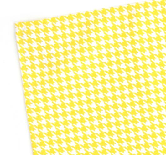 Kuhinjska krpa žuto-bijelog pepita dezena.