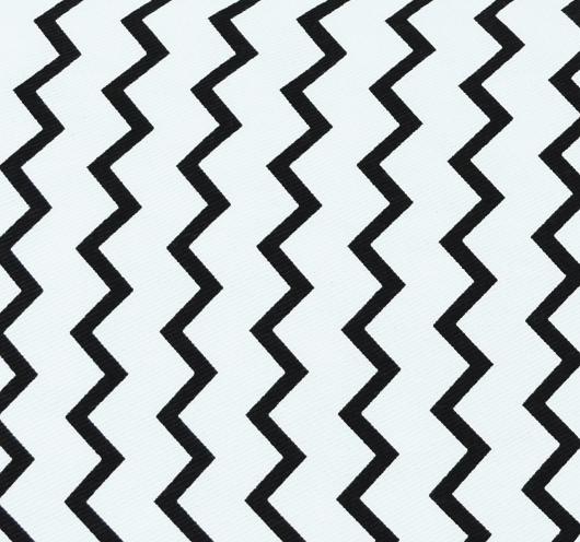 Ukrasni jastuk s kombiniranim crno-bijelim cik-cak dezenom.