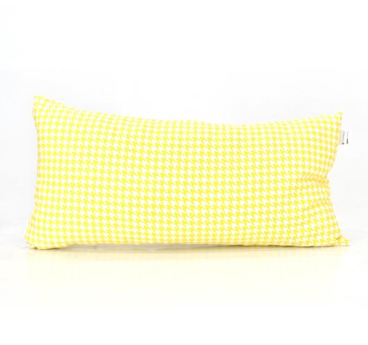 Ukrasni jastuk sa žutim cik-cak i pepita dezenom.