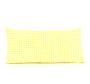 Ukrasni jastuk s žuto-bijelim pepita dezenom.