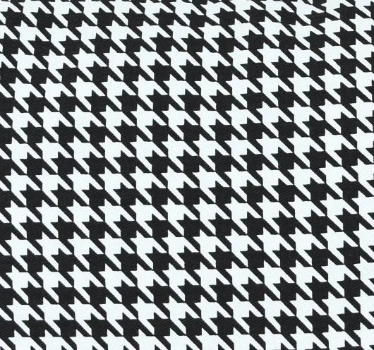 Ukrasni jastuk s crno-bijelim pepita dezenom.