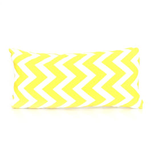 Ukrasni jastuk žuto-bijelog širokog cik-cak dizajna.