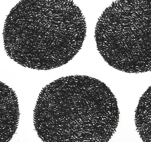 Bijela tkanina s crnim, crtanim krugovima
