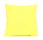 Ukrasna žuta jastučnica s bijelim točkama.