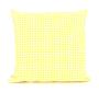 Ukrasni jastuk sa žuto-bijelim pepita dezenom.