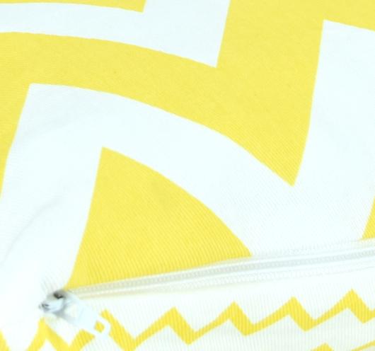 Ukrasna navlaka s kombiniranim žuto-bijelim cik-cak dezenom.