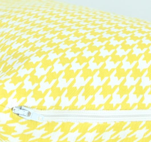 Ukrasna jastučnica sa žuto-bijelim pepita dezenom.
