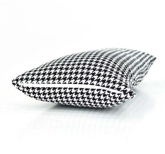 Ukrasna jastučnica sa crno-bijelim pepita dezenom.