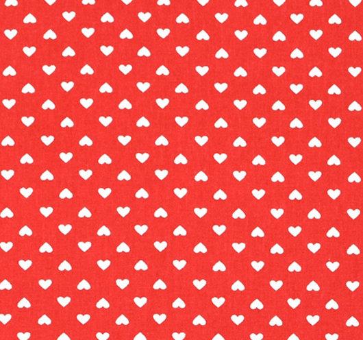 Crvena tkanina na bijela srca.