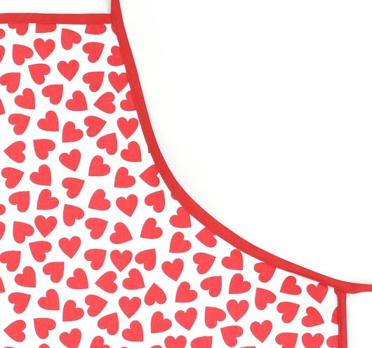 Bijela pregača s crvenim srcima.