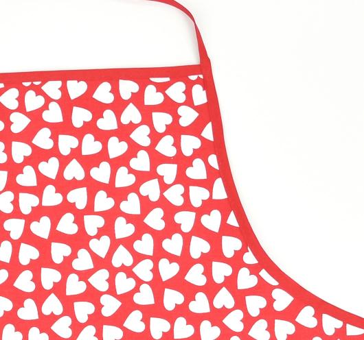 Crvena pregača s bijelim srcima.